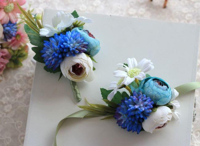 botonier de flores artificiales