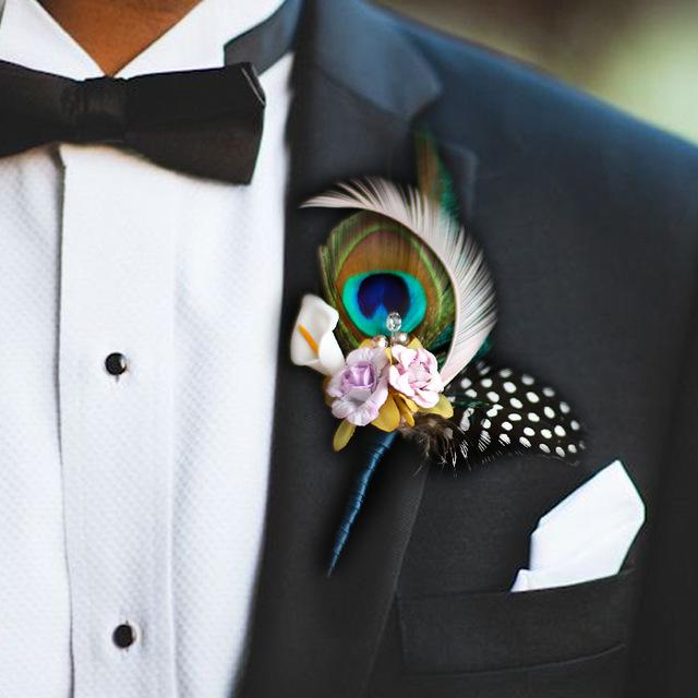 boutonniere con plumas para el novio