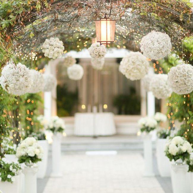 Cómo decorar el altar de una boda al aire libre